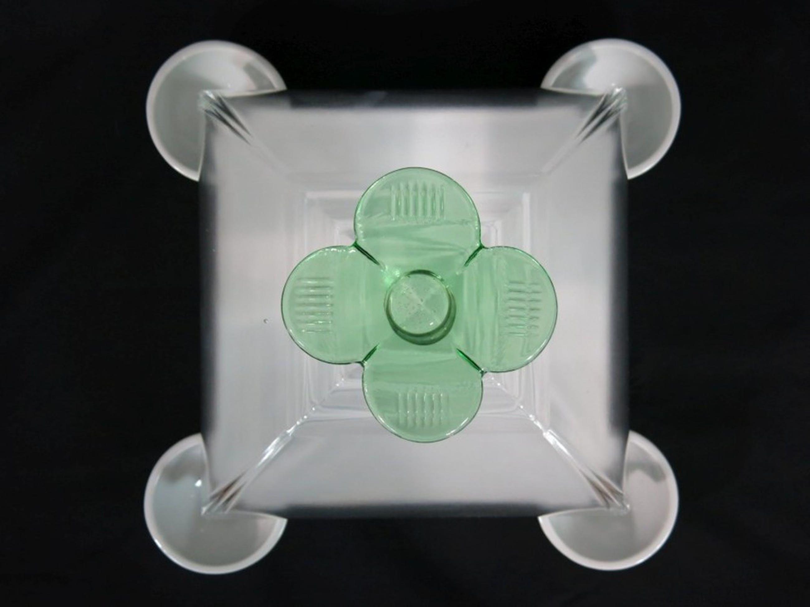 Borek Sipek Stoel : Borek sipek glazen stolp met groene bloem op wit porseleinen