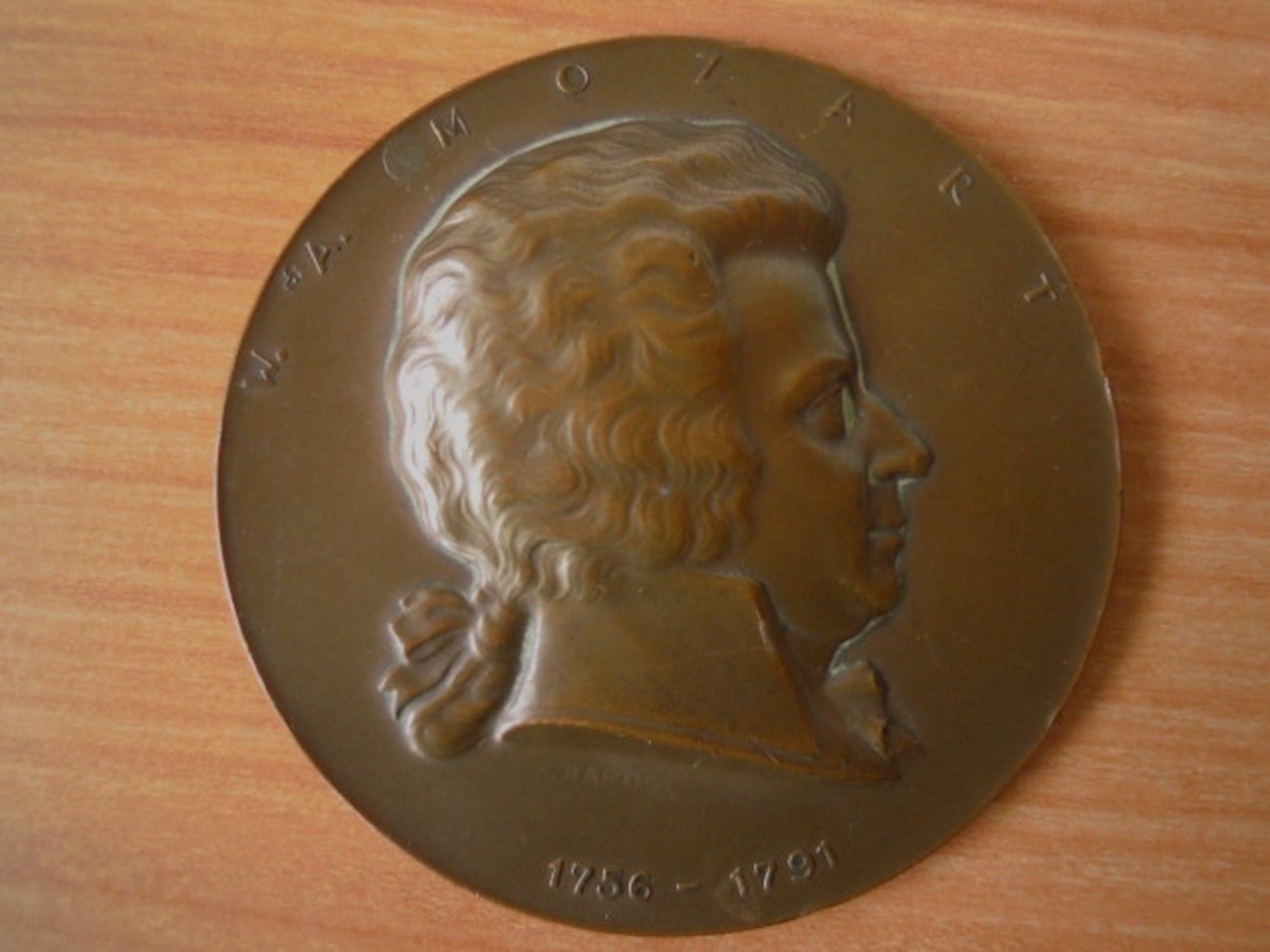Bronzen plaquette/penning gesigneerd A.HARTIG van W.A.MOZART   kopen? Bied vanaf 25!