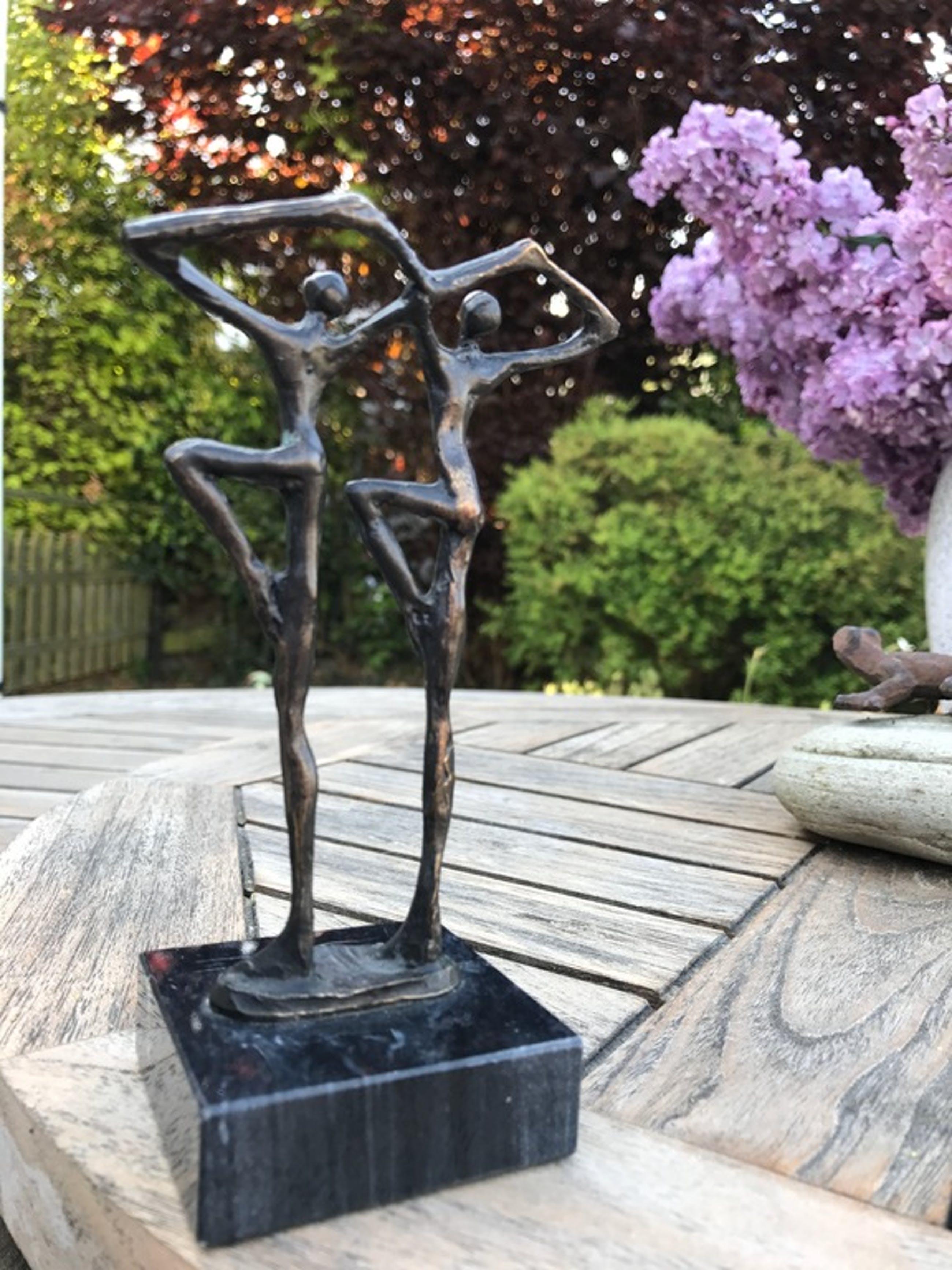 """Corry Ammerlaan van Niekerk - """"Binding"""" - Sculptuur op marmeren sokkel kopen? Bied vanaf 55!"""