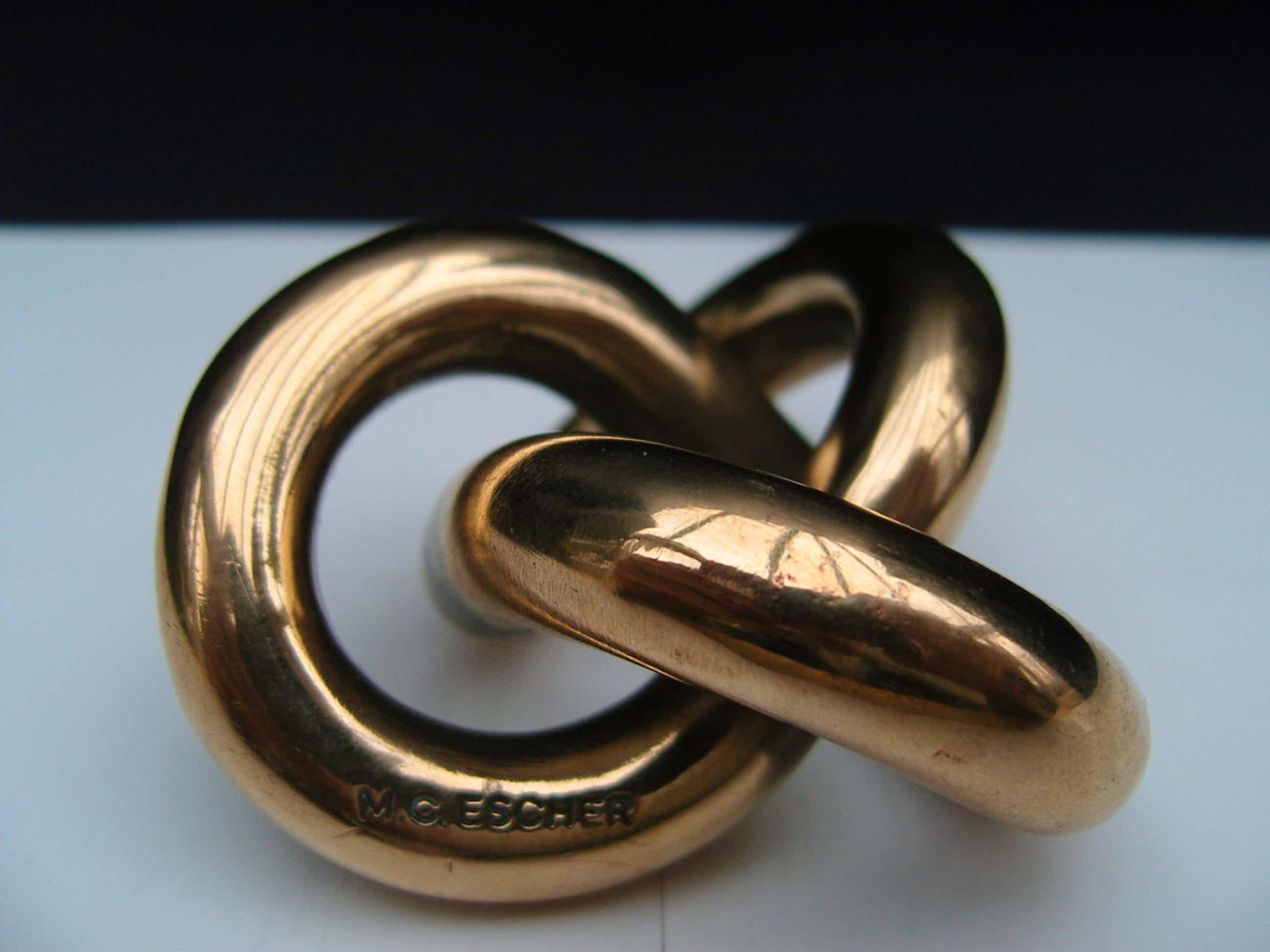 M C Escher: Oneindige knoop in brons kopen? Bied vanaf 240!