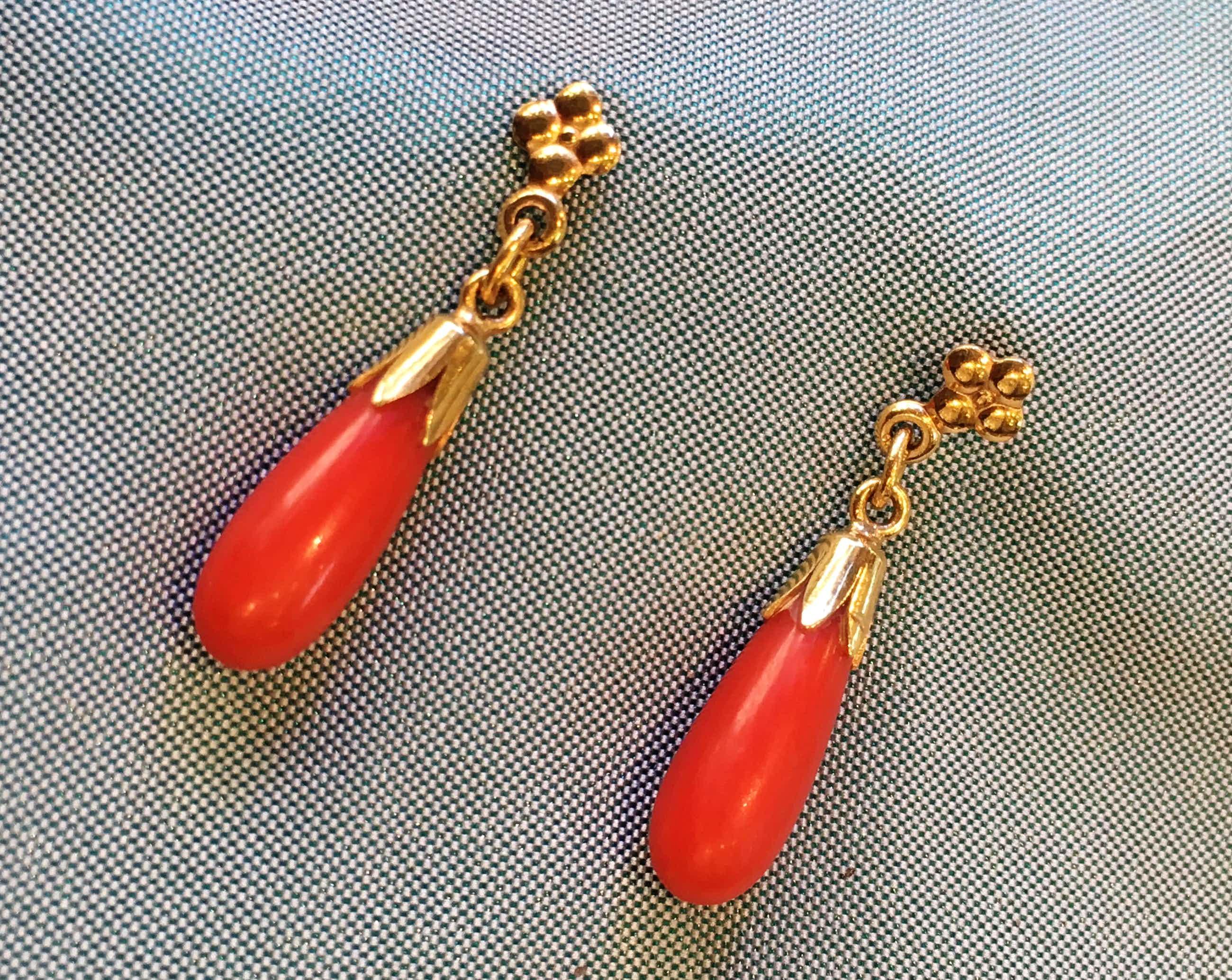 14K Goud - geelgouden oorhangers met bloedkoraal kopen? Bied vanaf 70!