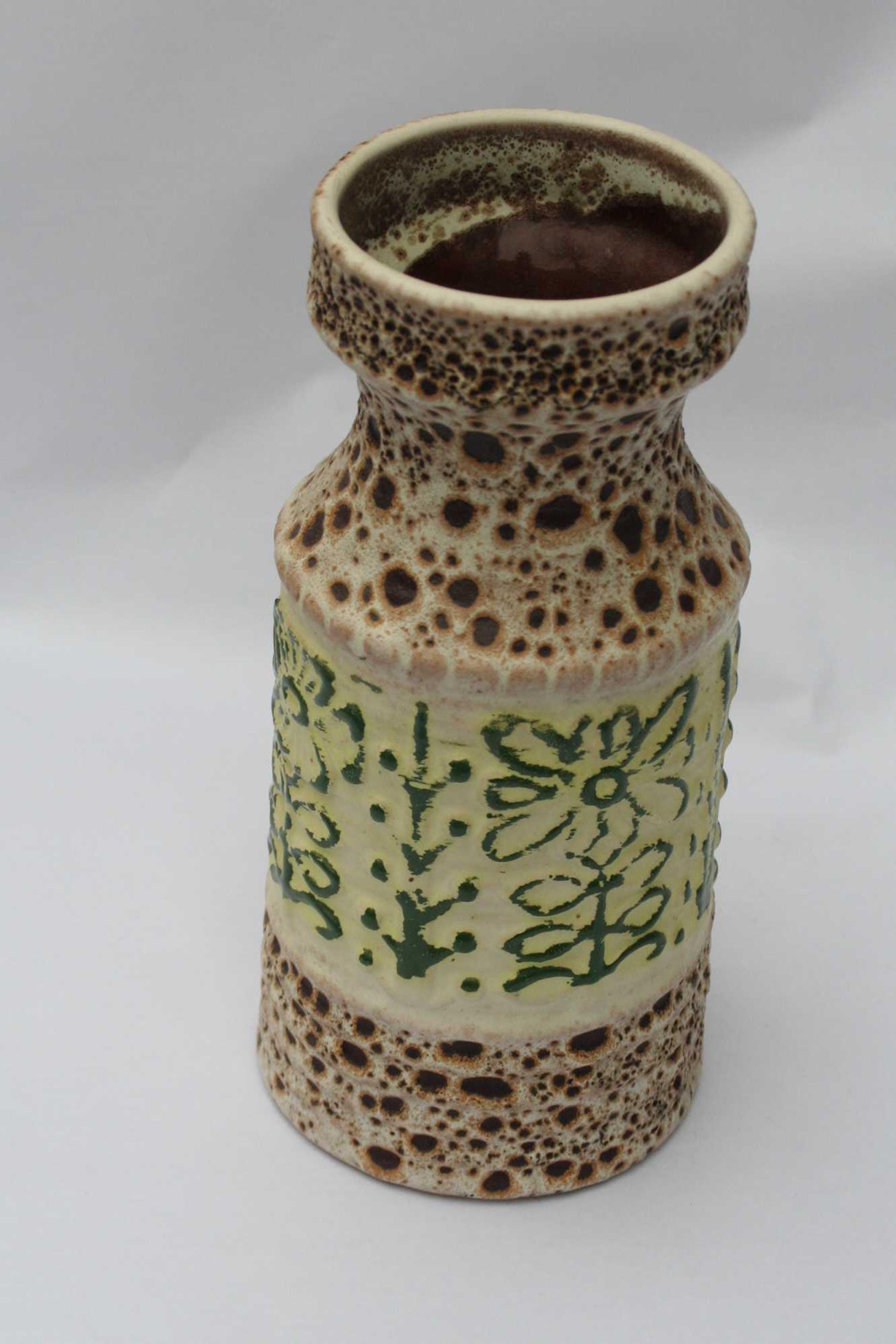 Niet of onleesbaar gesigneerd - Vaasje met reliëf - model 588/20 - onbekende keramist kopen? Bied vanaf 1!