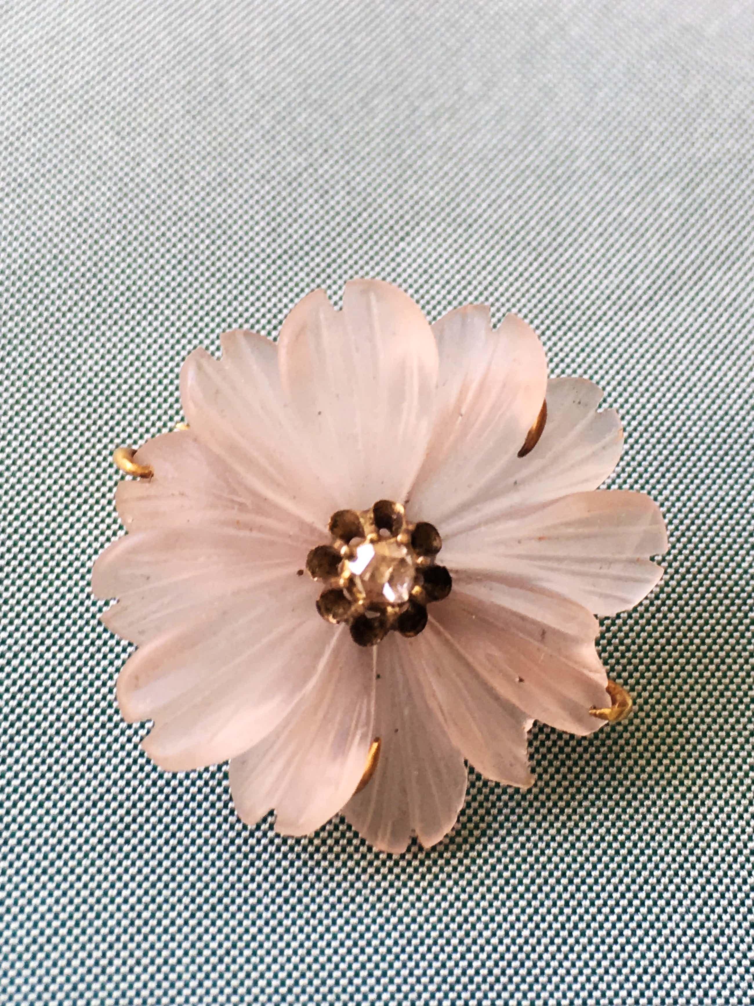 14K Goud - geelgouden broche met bloemvormig gesneden rozenkwarts en diamant kopen? Bied vanaf 90!