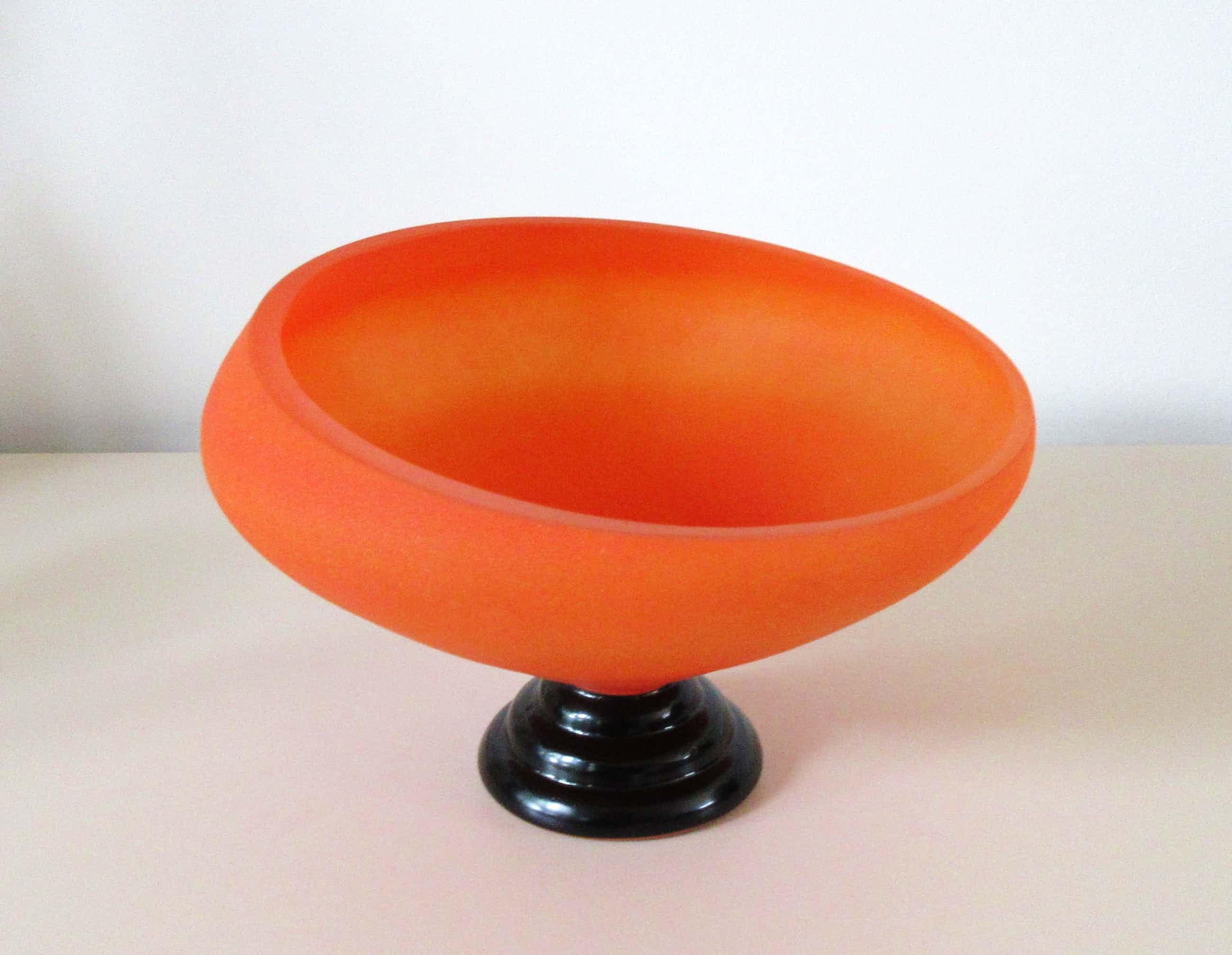 Niet of onleesbaar gesigneerd - Art deco oranje gesatineerde glazen schaal op voet kopen? Bied vanaf 35!