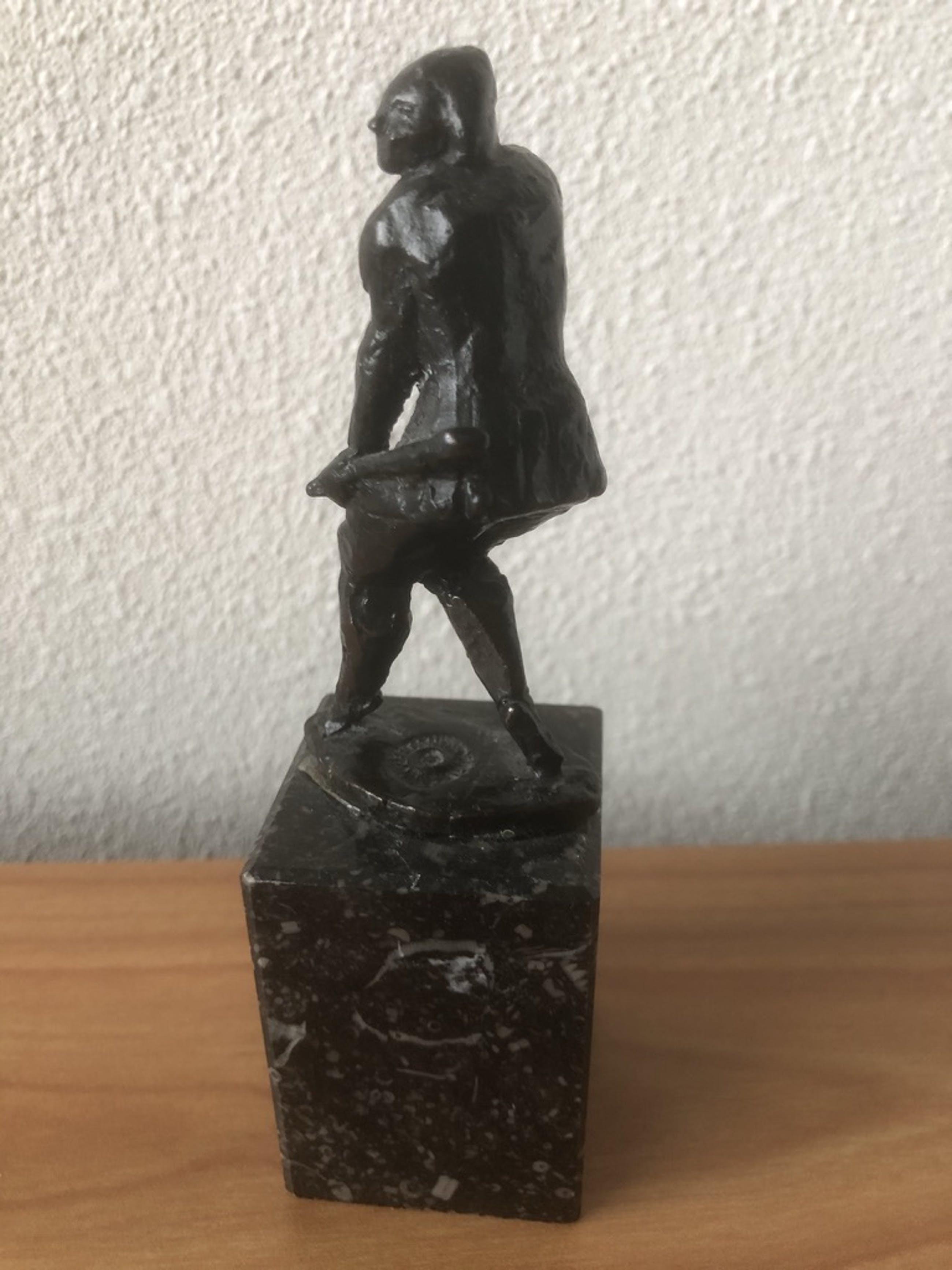 Brons (Onbekend) - Massief gesigneerd bronzen beeldje op zwart marmeren sokkel. kopen? Bied vanaf 35!