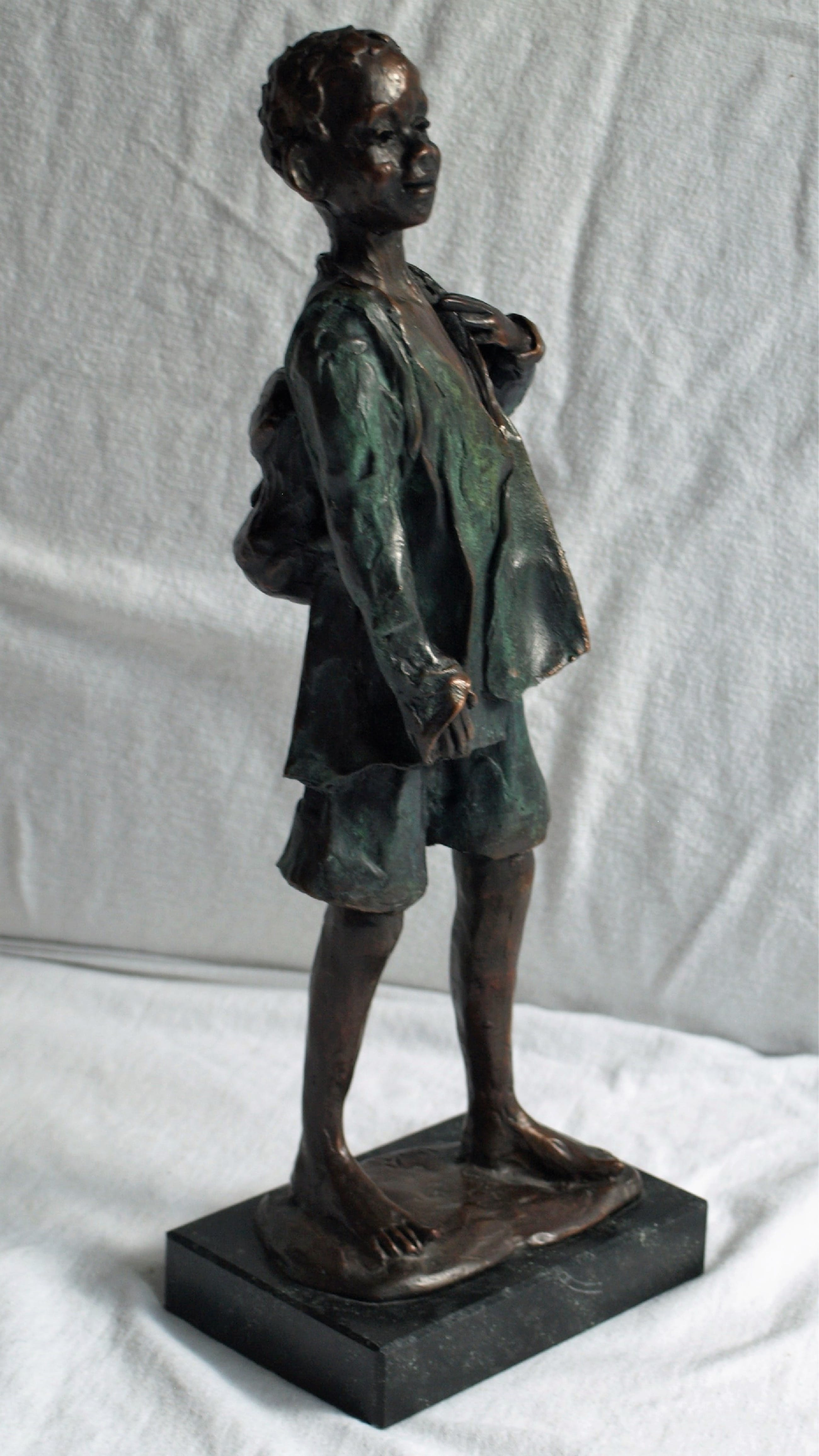 Niet of onleesbaar gesigneerd - Beeld op voet, 'Jongen met rugzak' – hoogte 33,5 cm kopen? Bied vanaf 1!