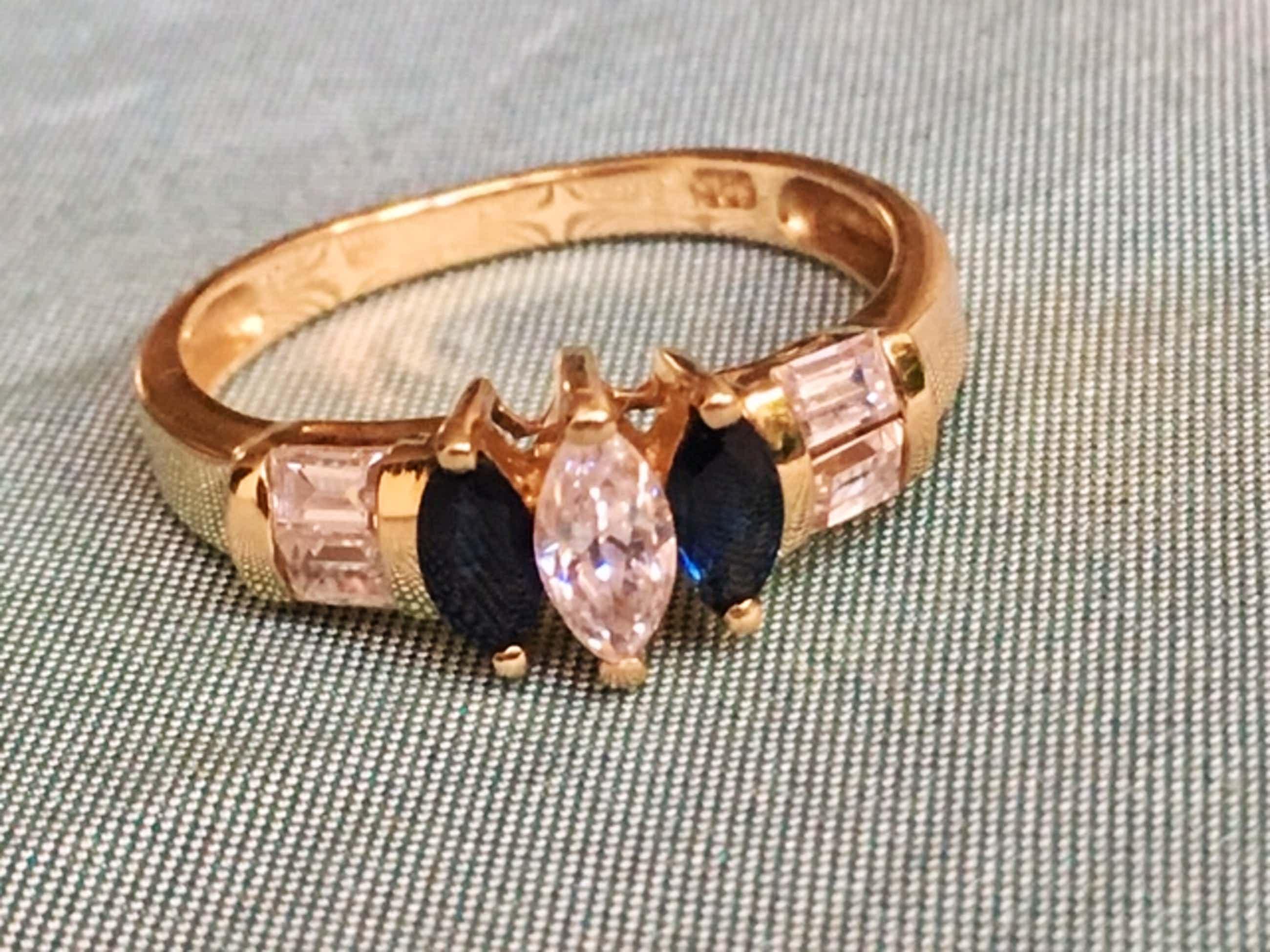 14K Goud - geelgouden ring bezet met saffier en zirkonia's kopen? Bied vanaf 36!