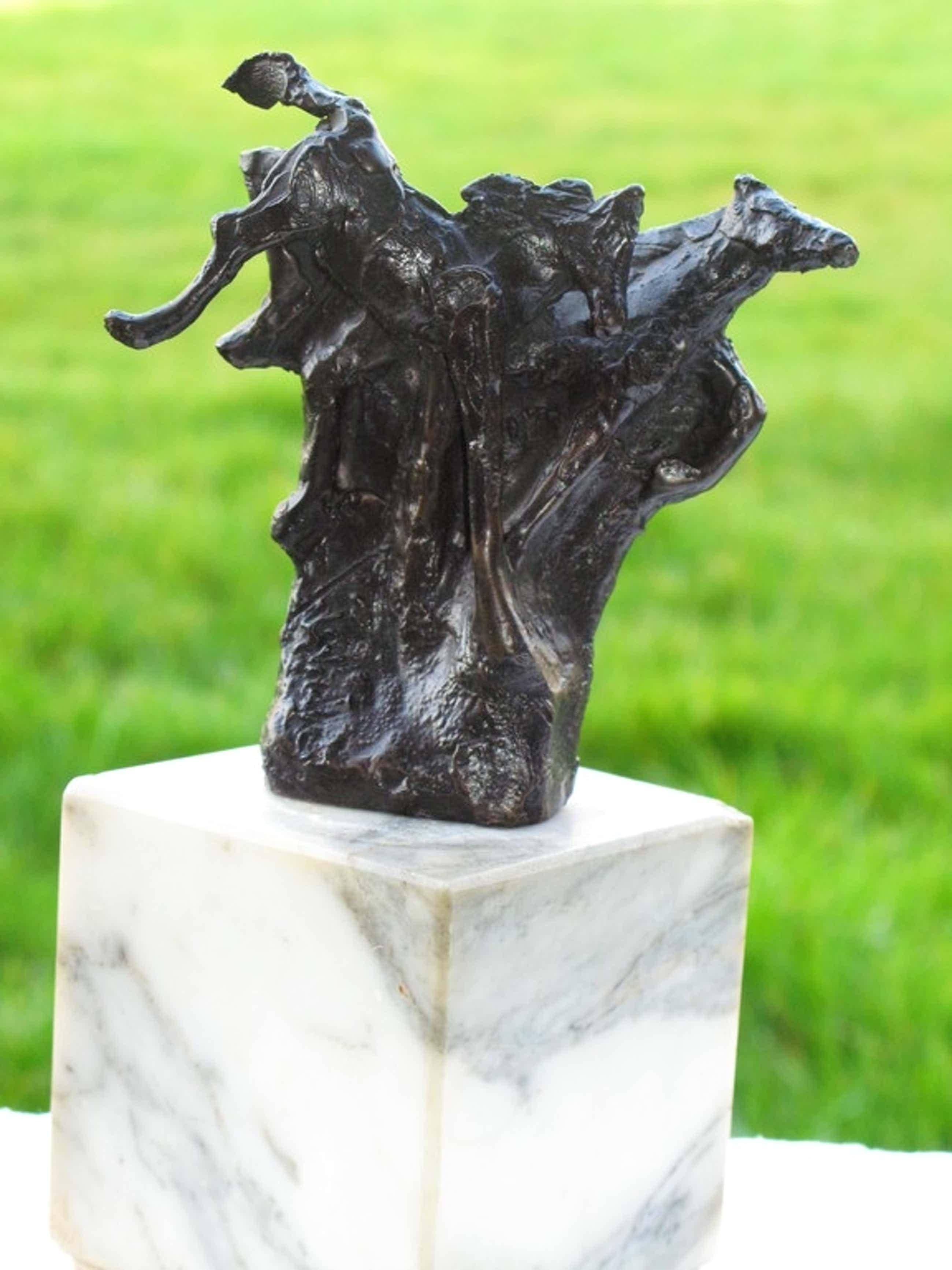 """Jits Bakker - Bronze sculptuur op marmeren sokkel """"Horses"""" (1976). kopen? Bied vanaf 450!"""