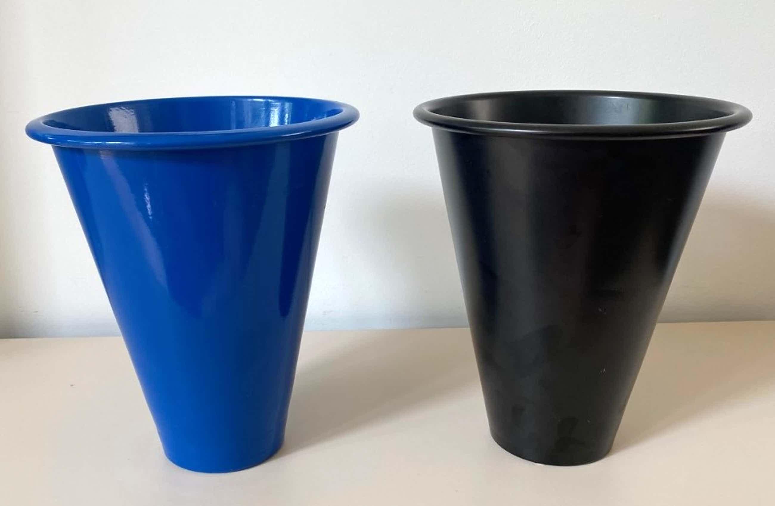 Niet of onleesbaar gesigneerd - Parisotto - Twee originele Memphis stijl design vazen kopen? Bied vanaf 10!