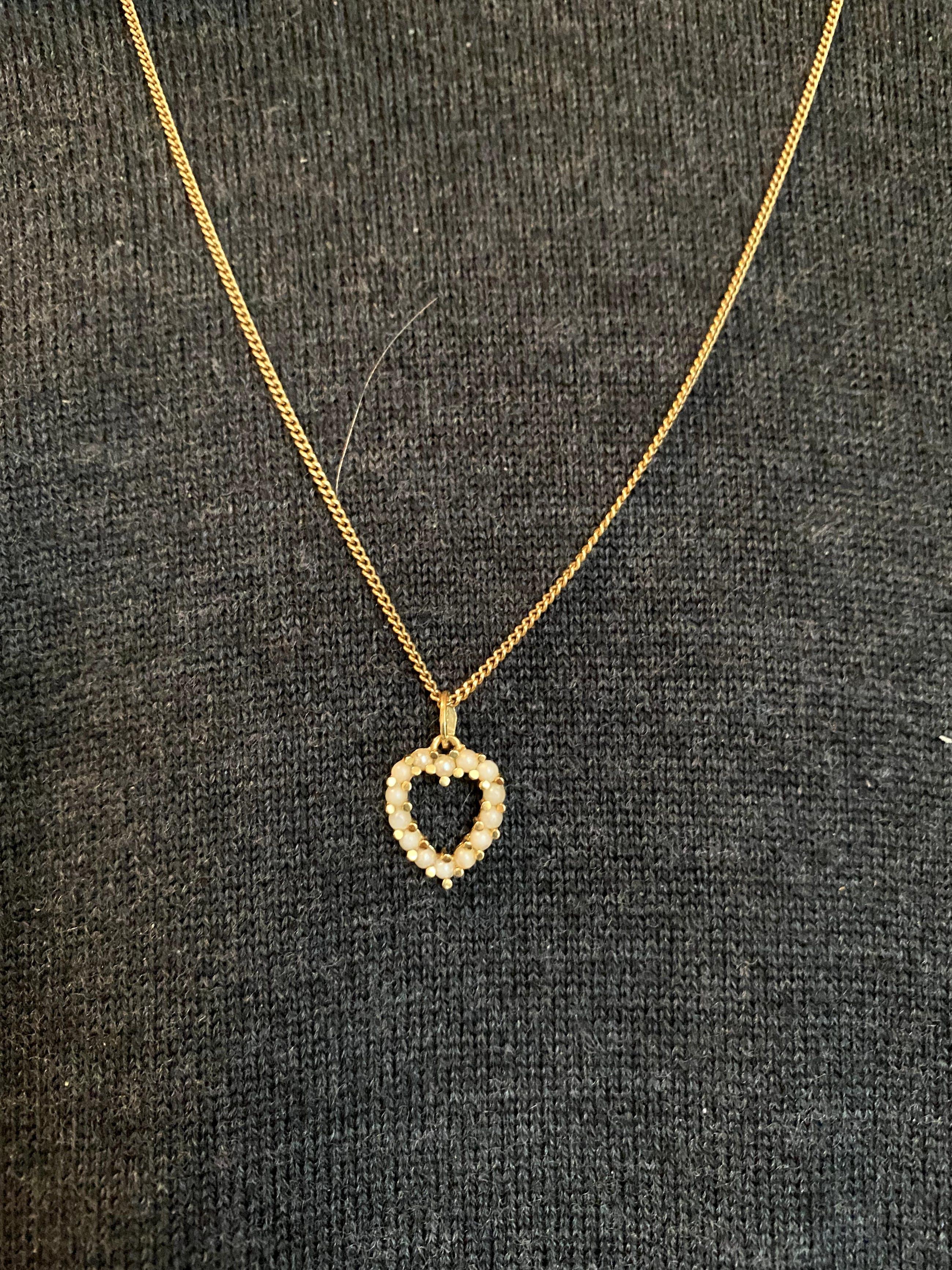 18kt gouden  parel  hart hanger, 1,64 gr.  Ketting wordt niet mee verkocht. kopen? Bied vanaf 50!