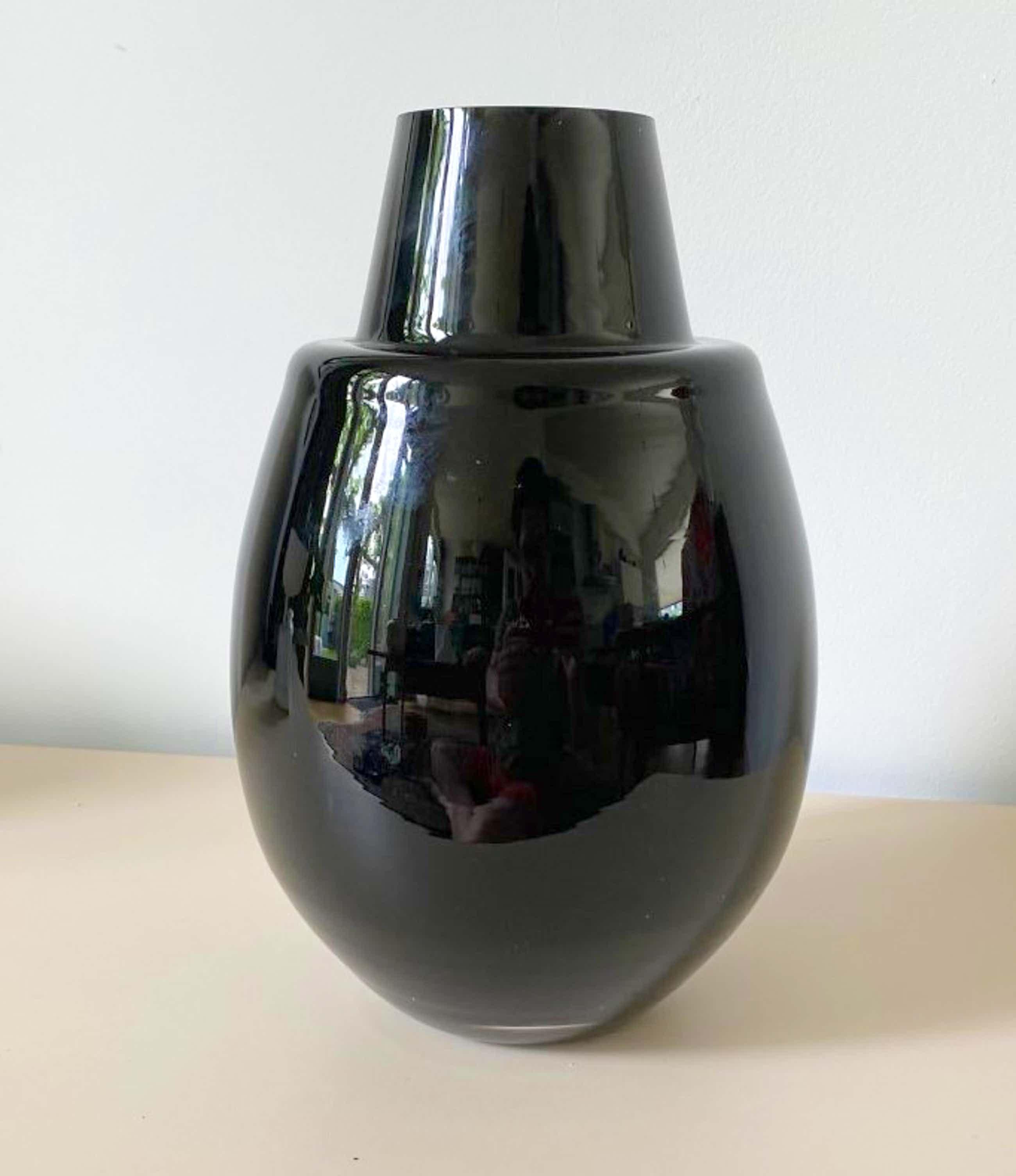 Niet of onleesbaar gesigneerd - Art deco dikwandige zwartglazen vaas kopen? Bied vanaf 15!