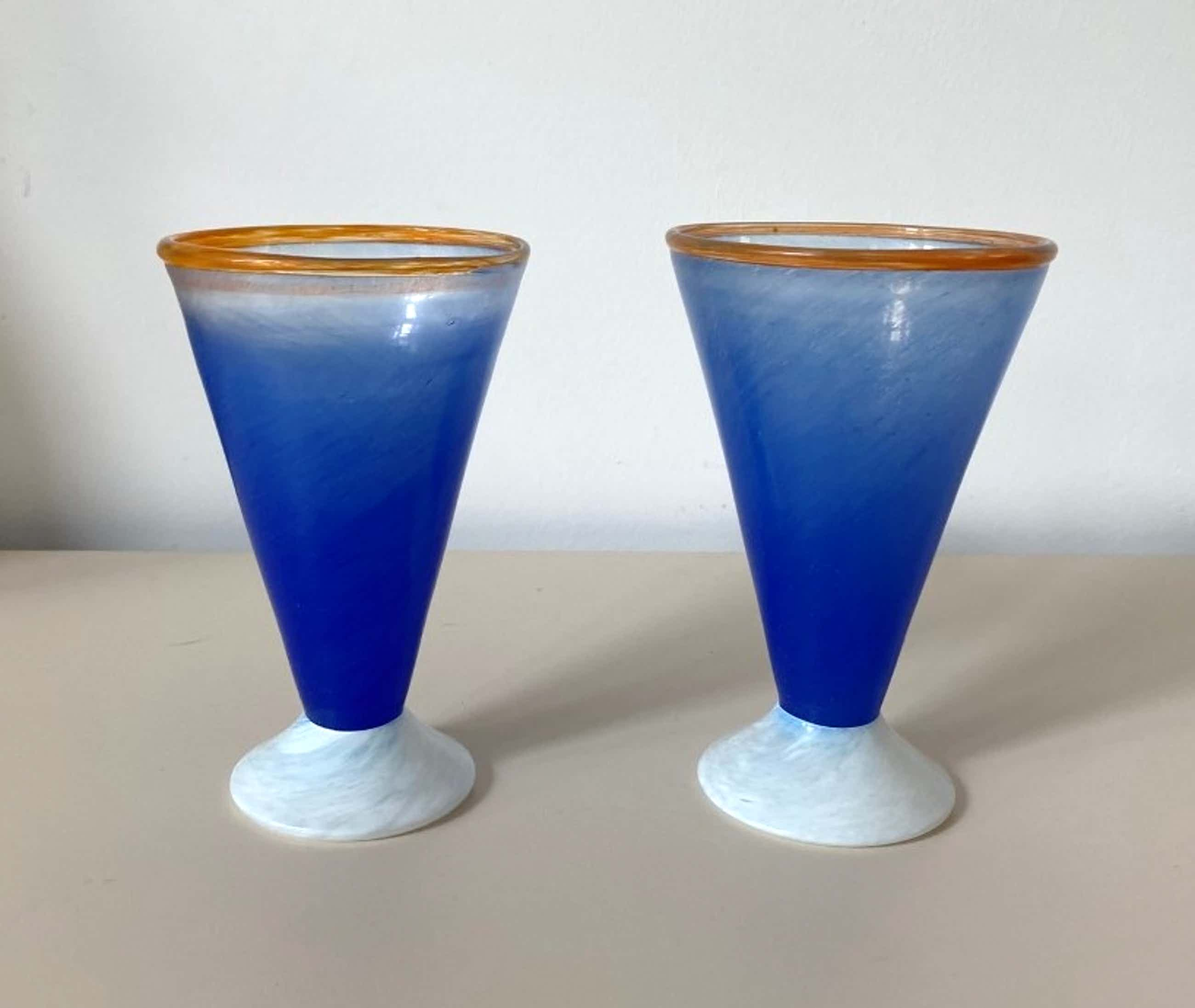Niet of onleesbaar gesigneerd - Jema Boda Glasbruk - twee gekleurde vaasjes - A. Gray kopen? Bied vanaf 5!
