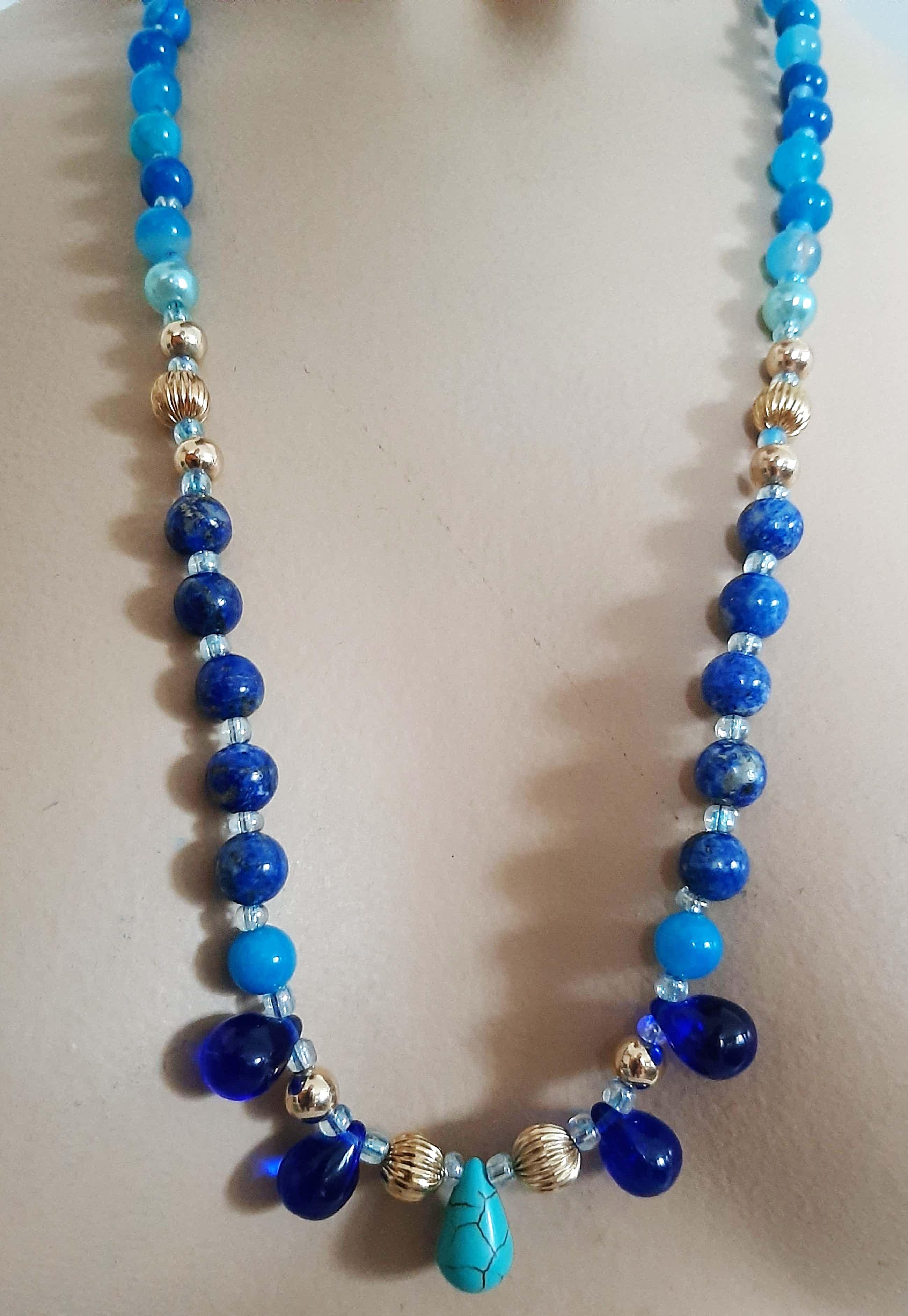 Niet of onleesbaar gesigneerd - Collier van lapis lazuli,blauw agaat,Murano glas druppels en turquoise kopen? Bied vanaf 40!